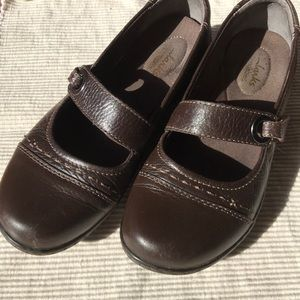 Clark's brown leather flats - Size 7